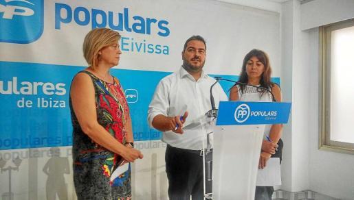 Ana Costa, Santi Marí y Sara Ramón, ayer en la sede del PP de Ibiza de la avenida Bartomeu Roselló. Foto: R. J. PALOMO