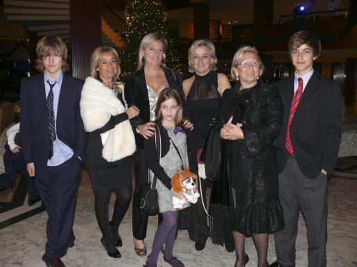 José Díaz, Teresa Marín, Teresa Mora, Bea Gugell, Beatríz Sáez, Dolores Martínez-Barona y Carlos Gugel, en el hall del hotel Palas Atenea.