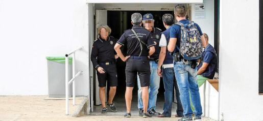 Media docena de agentes del Servicio de Vigilancia Aduanera apostados ante uno de los accesos a las oficinas de Ushuaïa Ibiza Beach Hotel. Foto: TONI ESCOBAR