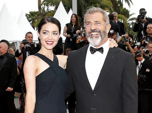 Imagen de archivo de Rosalind Ross y Mel Gibson durante su asistencia a la ceremonia de clausura de Cannes.