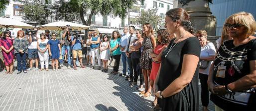 Más de 150 personas se concentraron ayer al mediodía en Vara de Rey para condenar el asesinato el sábado de Ada Gabriela Benítez.