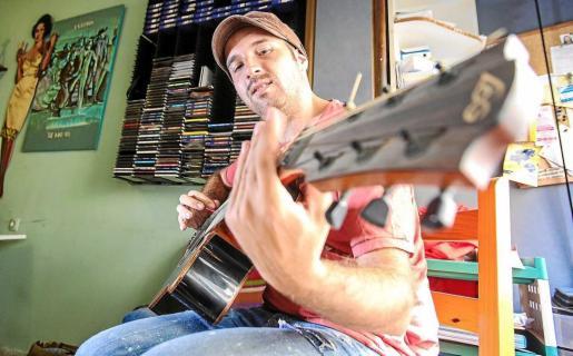 El realizador, músico y productor ibicenco Javier Riera. Foto: TONI ESCOBAR