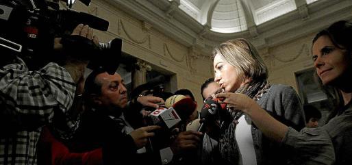La ministra de Defensa, Carme Chacón, atiende a los periodistas a su llegada al desayuno informativo organizado por el Forum Europa.