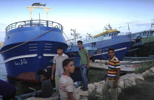 Familiares de los desaparecidos en el naufragio de un barco a la costa mediterránea de la provincia egipcia de Kafr al Sheij, esperan a los servicios de rescate para informarles en el puerto de Rosetta.