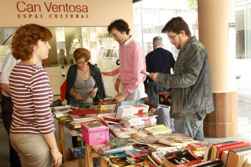 En el mercado solidario de libros, que salió ayer a la calle, se pueden encontrar todo tipo de obras.