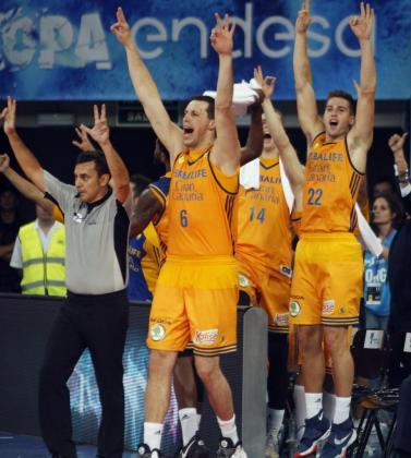 Los jugadores del Herbalife Gran Canaria celebran su victoria.