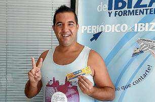 Benjamín Lozano muy sonriente con su premio.