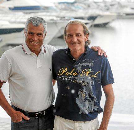 Andy Egil, a la izquierda, y Heinz Hermann, a la derecha, comparten una fiel amistad. Detrás, el Puerto Deportivo de Santa Eulària.