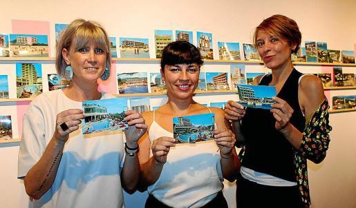 Marina Planas con Neus Marroig y Laura Marte, que han intervenido las postales de Planas Montanyá, haciendo postales con pendientes entrañables.