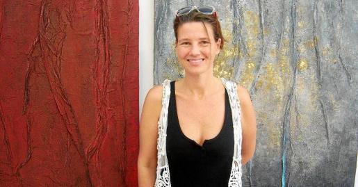 La artista Júlia Ribas en la galería Garden Art Gallery antes de la inauguración de la muestra.