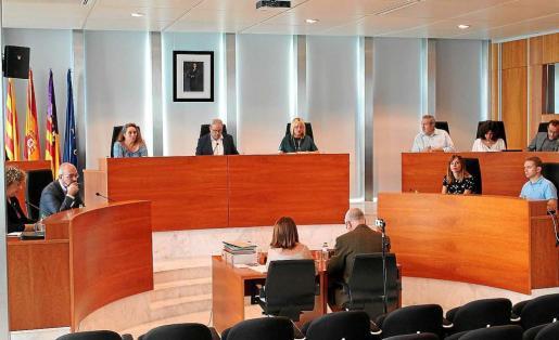 El pleno del Consell d'Eivissa aprobó pedir un cambio en la LAU para luchar contra los alquileres irregulares.