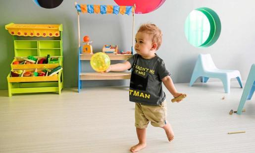 Un pequeño jugando en las nuevas instalaciones. Foto: TONI ESCOBAR