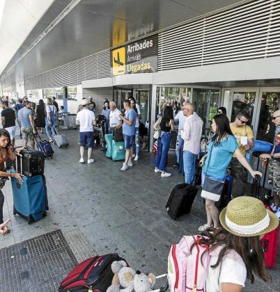 Imagen de archivo de la puerta de llegadas del aeropuerto de Ibiza este verano.