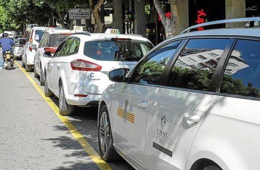 Imagen de taxis en la parada Bartomeu Roselló de Vila.