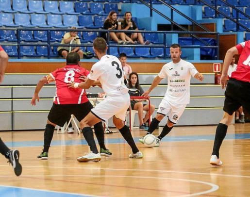 Careca controla un balón ante la presencia de tres jugadores del Ripollet. Foto: TONI ESCOBAR