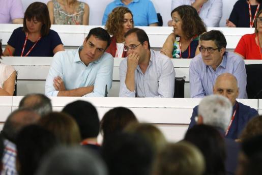 El secretario general del PSOE, Pedro Sánchez (i), junto al secretario de Organización y Acción electoral, César Luena (c), y el secretario de Acción Política y Ciudadana, Patxi López (d), durante la reunión del Comité Federal del PSOE el pasado mes de julio.