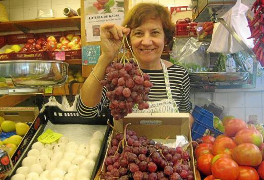Según Cati Rosello ahora es un buen momento para comprar uvas. Foto: R. DOMÍNGUEZ