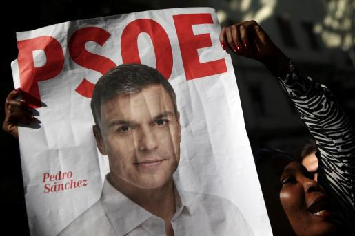Una mujer sostiene un cartel de Pedro Sánchez a las puertas del Comité Federal del PSOE.