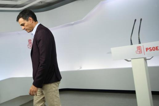 Pedro Sánchez, tras comunicar a los medios de comunicación su dimisión como secretario general del PSOE.