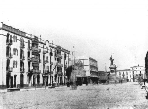 Vista del passeig de s'Alamera a principis dels anys trenta en la qual es veu l'edifici del Gran Hotel ja finalitzat. A l'esquerra del tot de la fotografia apareix l'edifici conegut com La Mutual i entre aquest i l'hotel el Cine Serra, també conegut com Sa Barraca.