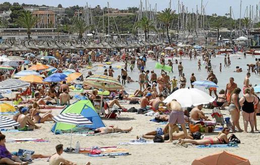 La cifra de visitantes y turistas a Balears, en concreto a Mallorca y Eivissa, ha sido récord esta temporada turística. Las empresas hoteleras han superado todos sus ratios de ocupación hotelera, así como de incrementos de precios respecto a 2015.