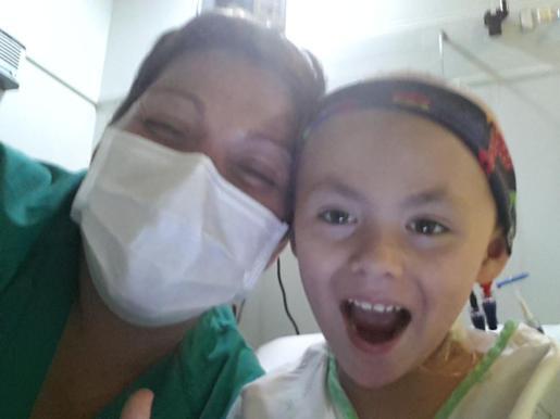 Jaime y su madre, en una imagen tomada en el hospital Vall d'Hebrón de Barcelona.
