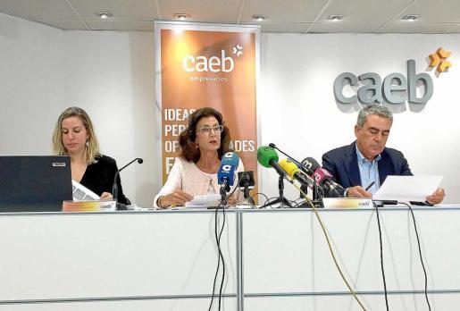 La responsable de economía de CAEB, Margalida Adriover; la presidenta, Carmen Planas; y el gerente, Sergio Bertrán.