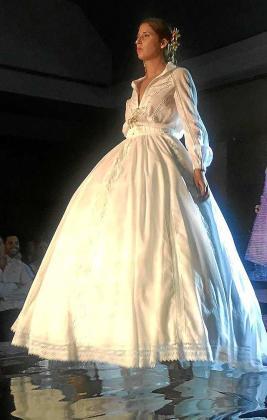 Un diseño de Toni Bonet en el 'Fashion Weekend' de Sevilla.