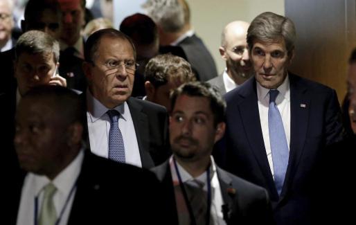Fotografía de archivo fechada el 22 de septiembre de 2016 que muestra al secretario de Estado de Estados Unidos, John Kerry (d), y a su homólogo ruso, Serguéi Lavrov (c), tras la reunión del grupo E3+3 en la cámara del consejo de seguridad durante el Debate General en la edición 71 de la Asamblea General de las Naciones Unidas en su sede en Nueva York, Estados Unidos.