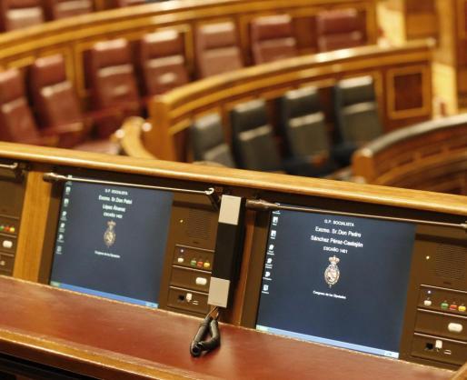 Vista del nuevo escaño (d) del exsecretario general del PSOE Pedro Sánchez, situado en la cuarta fila del hemiciclo del Congreso de los Diputados, antes del pleno celebrado la tarde de este martes.