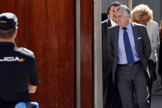 El extesorero del PP Luis Bárcenas, uno de los 37 acusados de la trama Gürtel, a su salida a primera hora de la tarde de este martes de la Audiencia Nacional en San Fernando de Henares durante un receso del primer macrojuicio a la red de corrupción.