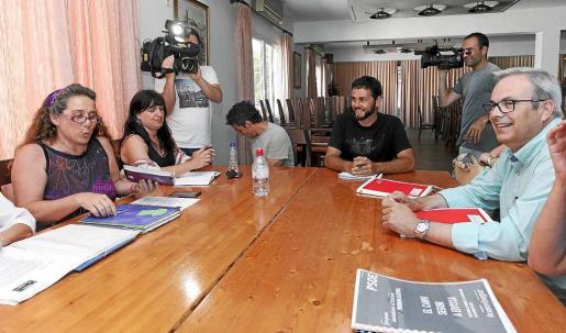 Sánchez-Tirado (al fondo) observa sonriente a De Sans durante una de las reuniones mantenidas con el PSOE tras las elecciones de 2015. Foto: D. ESPINOSA