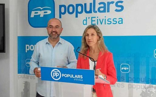 El conseller popular, Vicente Roig, junto a la coordinadora de la Comisión de Turismo del PP de Eivissa, Carmen Ferrer. Foto: M. C.