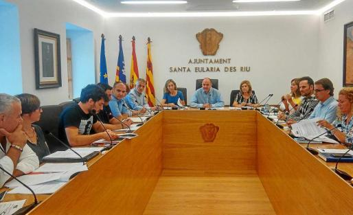 El portavoz de Guanyem Óscar Rodríguez interviene durante el pleno celebrado ayer en el nuevo salón de la casa consistorial. Foto: R. J. P.