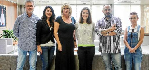 De izquierda a derecha, Miguel Martínez, Carme Coll, Marta Díaz, Cristina Barriga, Tony Bonet, y Marian Ferrer. Foto: ARGUIÑE ESCANDÓN