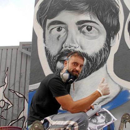 Jerom trabajando en su mural reivindicativo para el fin de la violencia contra la mujer, ayer en el Parque de la Paz. Foto: C. CIRES