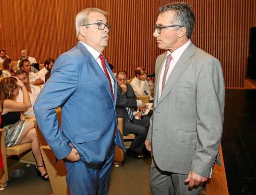 El presidente del Ibiza, Vicent Torres, dialoga con el presidente de la PIMEEF, Alfonso Rojo, ayer en Santa Eulària. Foto: T. ESCOBAR