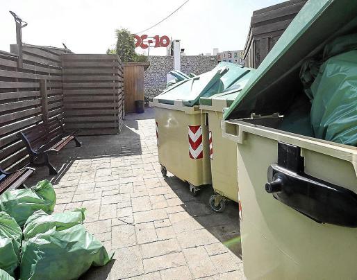 Contenedores repletos de la basura generada por la fiesta, unas horas después del cierre.