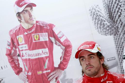 El piloto español de Fórmula Uno Fernando Alonso de la escudería Ferrari se prepara antes de la primera sesión de entrenamientos libres hoy.