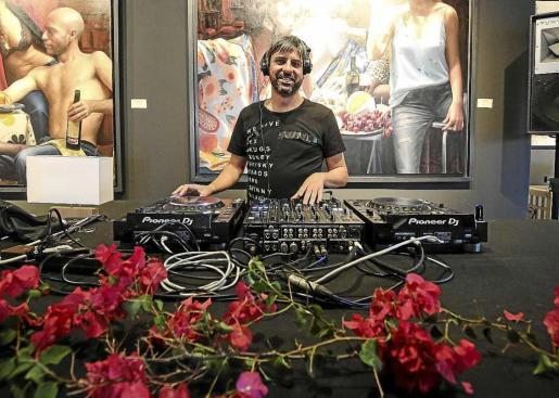 Djs de Ibiza Global Radio como Miguel Garji fueron los encargados de poner la música a la inauguración.