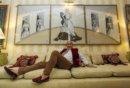 El pintor británico de origen brasileño, posando junto a una de sus obras, 'La celebración de la crueldad', inspirada en todo lo que ha sufrido durante estos años». Foto: DANIEL ESPINOSA