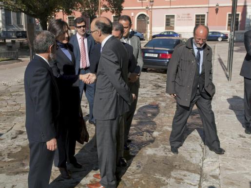 La ministra de Cultura, Àngeles González-Sinde, a su llegada a Valladolid, donde negó el saludo al alcalde, Javier León de la Riva (derecha).