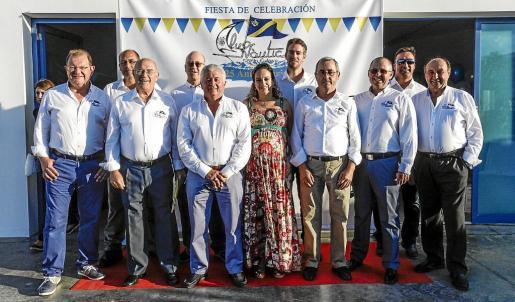 La fiesta tuvo lugar en las instalaciones de la escuela municipal de vela, donde se rindió homenaje a los fundadores y socios y se disfrutó de una tarde de cóctel y música.