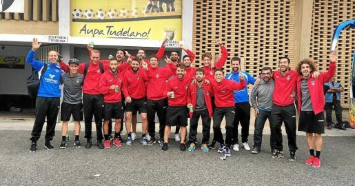 MIÉRCOLES: La plantilla del formentera celebra su victoria contra el tudelano en la Copa del Rey, donde ahora se medirá al Sevilla.