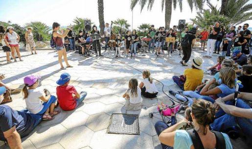 Decenas de vecinos y turistas disfrutaron de este proyecto musical que ha traído a Ibiza a la valenciana Sedajazz Kids. Foto: A. ESCANDÓN