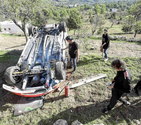 Estado en el que quedó el BMW de Bolaños tras perder el control en la cuarta curva del trazado. Foto: DANIEL ESPINOSA