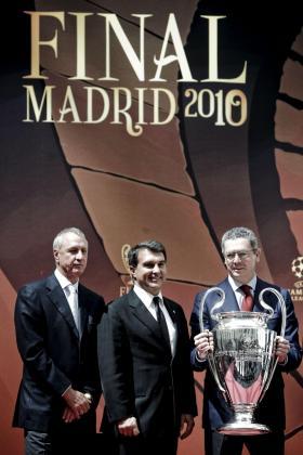 El alcalde de Madrid, Alberto Ruiz-Gallardón (d) sostiene la copa en presencia del presidente del FC Barcelona, Joan Laporta (c), y del ex futbolista Johan Cruyff, durante el acto de entrega del Trofeo de la Liga de Campeones a Madrid, sede de la final que se disputó el pasado 22 de mayo.