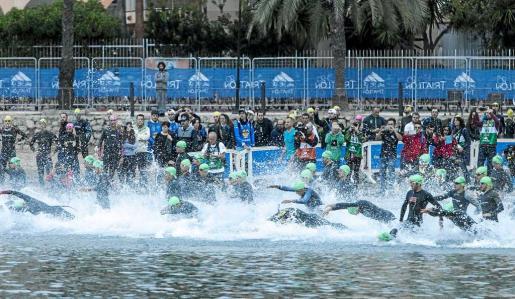 Salida de la prueba de natación durante el Campeonato de España de Triatlón celebrado en la edición de 2015 en aguas de Ibiza.