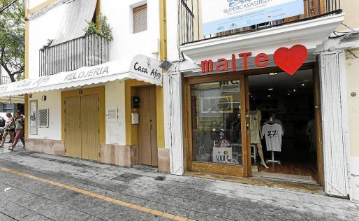 La mayoría de las tiendas de la Marina cerrarán en breve por las obras a pesar de que aún hay turistas. g Fotos: DANIEL ESPINOSA/A.S.