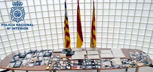 La Policía Nacional ha recuperado cerca de 150 teléfonos móviles y 40 ordenadores portátiles o tablets.